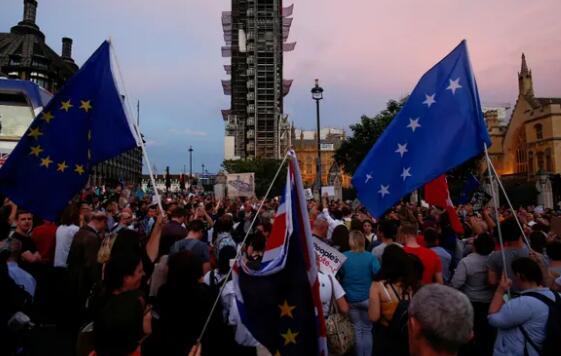 【蜗牛棋牌】英国首相议会休会决定引众怒 超百万人签名反对