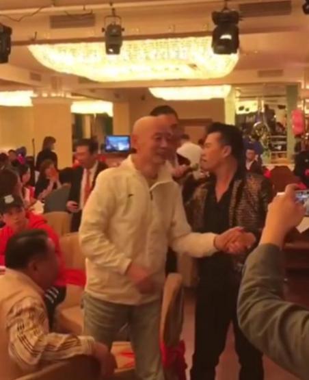 【蜗牛棋牌】62岁葛优低调出席酒宴 身形削瘦微笑与众人握手