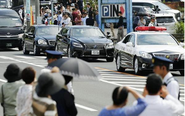 【蜗牛棋牌】男子东京街头狂追安倍座驾 被警卫当场按住