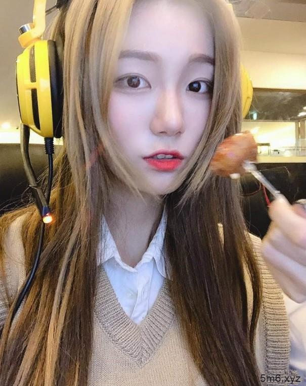 【蜗牛棋牌】韩国女主播Berry扮演《海贼王》娜美 性感人妻狂风大胆